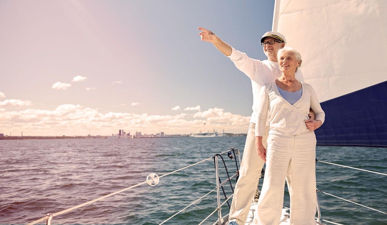 Älteres Paar auf Segelboot
